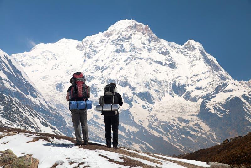 Νότος Annapurna με δύο τουρίστες στοκ φωτογραφία