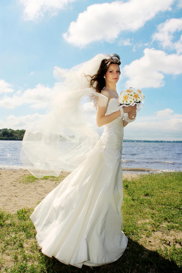 νύφη έξω από τις νεολαίες στοκ φωτογραφίες με δικαίωμα ελεύθερης χρήσης