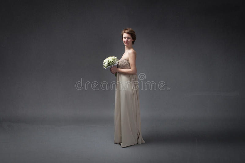 Νύφη ευχαριστημένη από τα λουλούδια σε διαθεσιμότητα στοκ φωτογραφίες με δικαίωμα ελεύθερης χρήσης