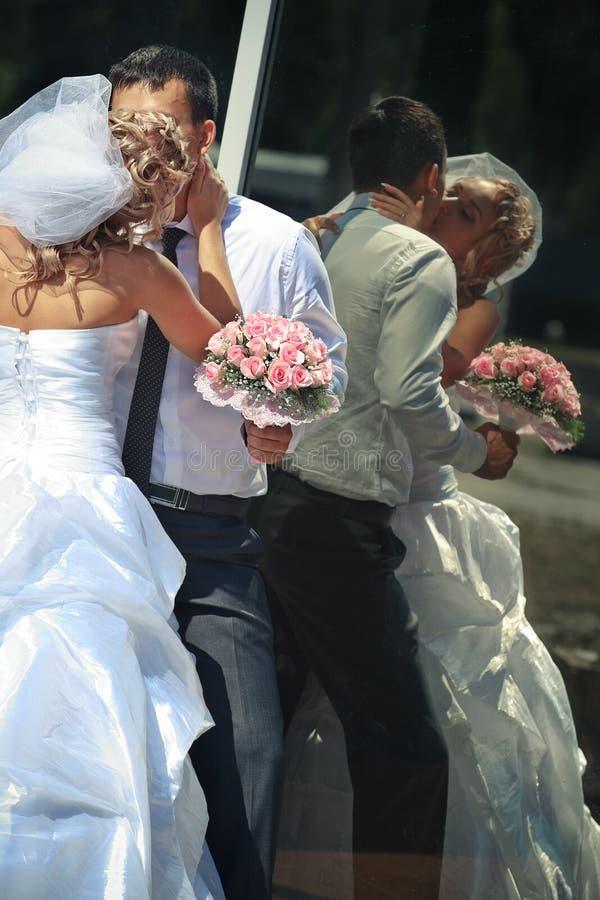 Νύφη και νεόνυμφος από τον καθρέφτη υπαίθριο στοκ φωτογραφία με δικαίωμα ελεύθερης χρήσης