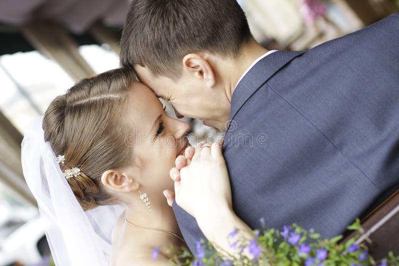 Νύφη και νεόνυμφος - ευτυχές ζεύγος στοκ φωτογραφίες