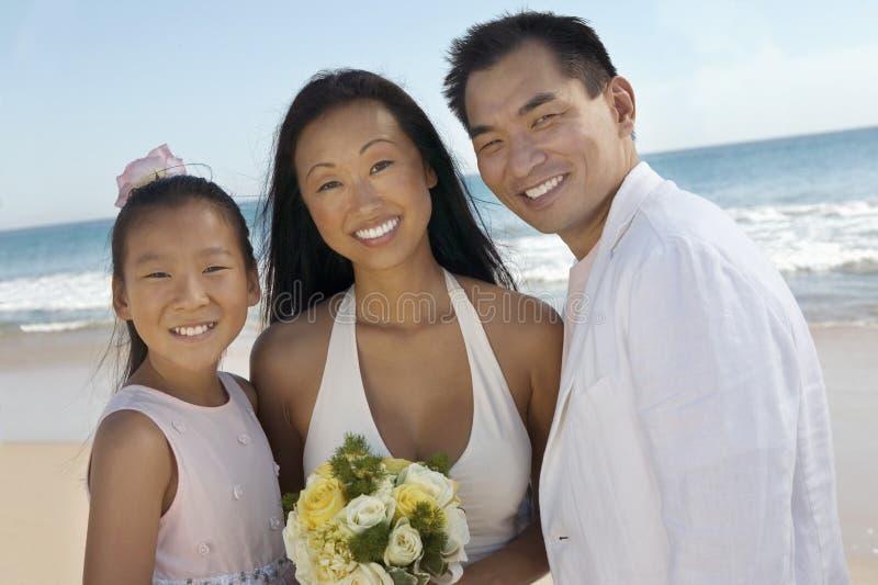 Νύφη και νεόνυμφος με την αδελφή στην παραλία στοκ εικόνα