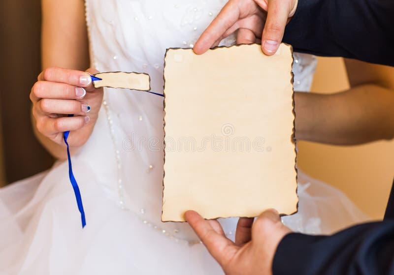 Νύφη και νεόνυμφος με την κενή αφίσσα για οποιοδήποτε τίτλο στοκ εικόνα με δικαίωμα ελεύθερης χρήσης