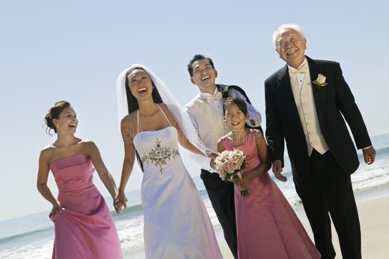 Νύφη και νεόνυμφος με την οικογένεια στην παραλία (πορτρέτο) στοκ εικόνα