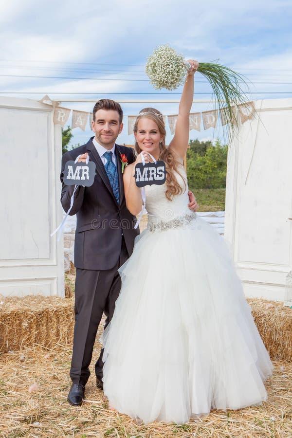 Νύφη και νεόνυμφος παντρεμένοι πρόσφατα, στοκ εικόνες
