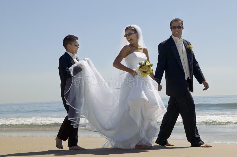 Νύφη και νεόνυμφος που αγκαλιάζουν στην παραλία στοκ φωτογραφίες με δικαίωμα ελεύθερης χρήσης
