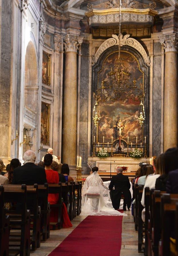 Νύφη και νεόνυμφος που κάθονται, Unrecognizable ζεύγος - εσωτερικό εκκλησιών, ιερέας στοκ φωτογραφία με δικαίωμα ελεύθερης χρήσης