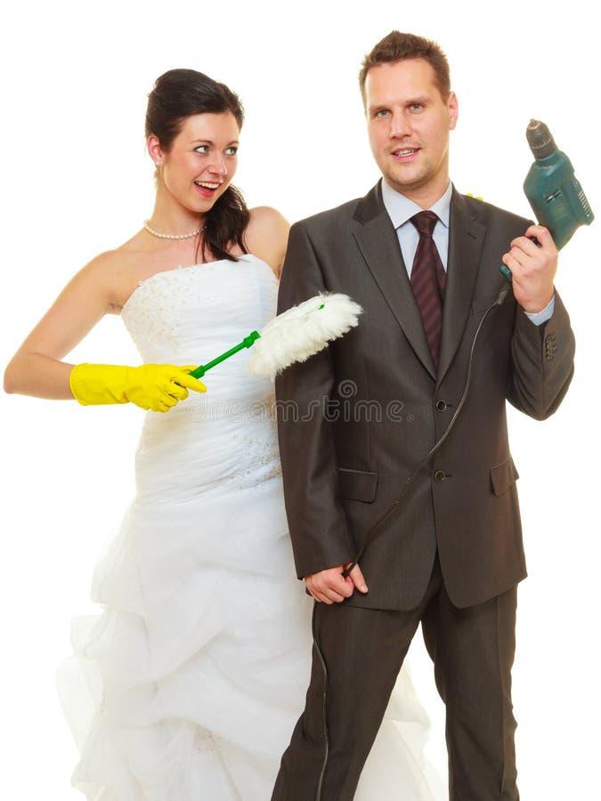 Νύφη και νεόνυμφος που μοιράζονται τα οικιακά καθήκοντα στοκ φωτογραφία