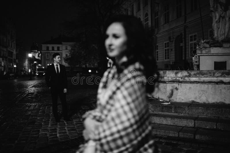 Νύφη και νεόνυμφος που περπατούν μέσω της παλαιάς πόλης στοκ εικόνα με δικαίωμα ελεύθερης χρήσης