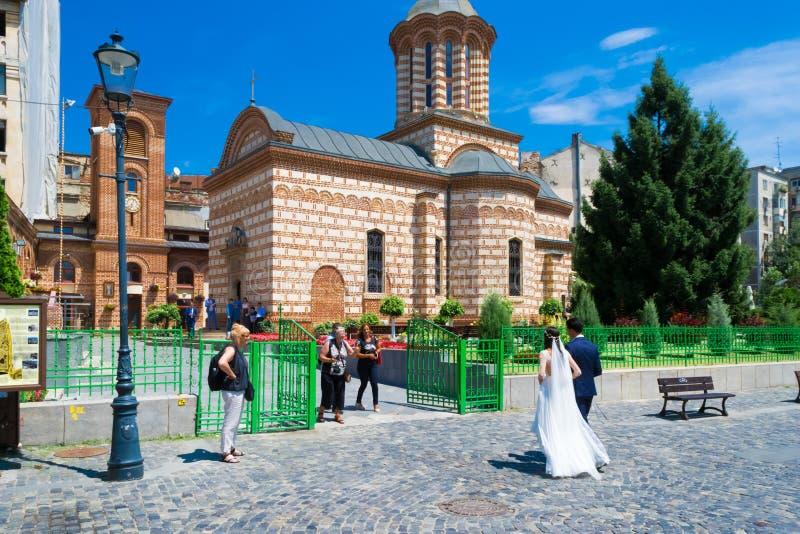 Νύφη και νεόνυμφος που πηγαίνουν στην εκκλησία στοκ εικόνες με δικαίωμα ελεύθερης χρήσης