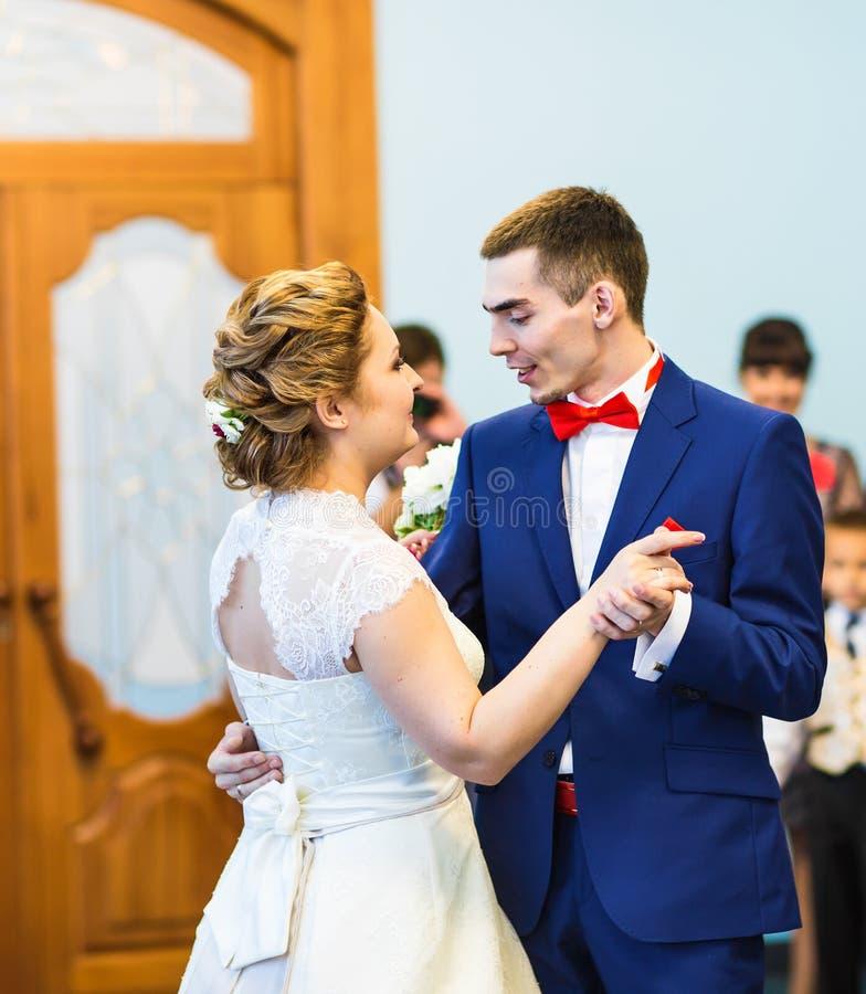 Νύφη και νεόνυμφος που χορεύουν ο πρώτος χορός στη γαμήλια τελετή στοκ εικόνες