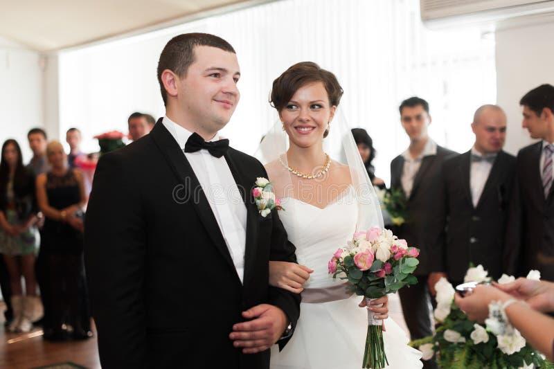 Νύφη και νεόνυμφος στην εγγραφή γάμου Ο νεόνυμφος εξετάζει στοκ εικόνα με δικαίωμα ελεύθερης χρήσης