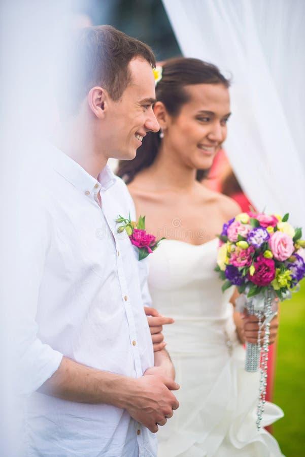 Νύφη και νεόνυμφος στην εγγραφή γάμου τους στοκ εικόνες