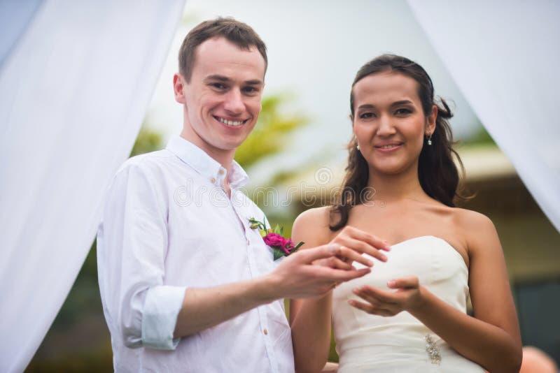 Νύφη και νεόνυμφος στην εγγραφή γάμου στοκ φωτογραφία με δικαίωμα ελεύθερης χρήσης