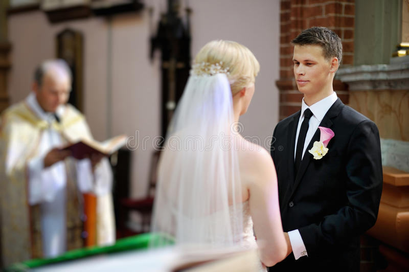 Νύφη και νεόνυμφος στην εκκλησία στοκ εικόνα με δικαίωμα ελεύθερης χρήσης