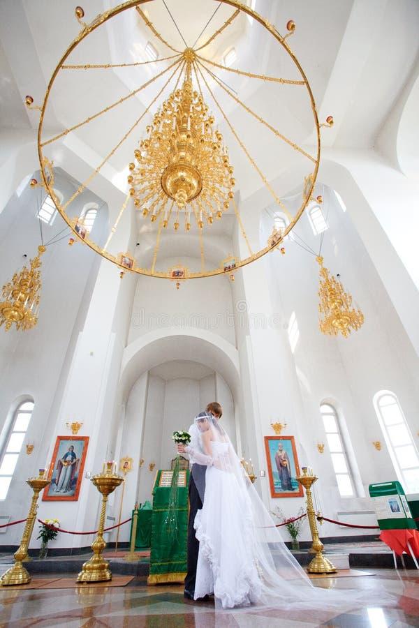 Νύφη και νεόνυμφος στην εκκλησία στοκ φωτογραφίες
