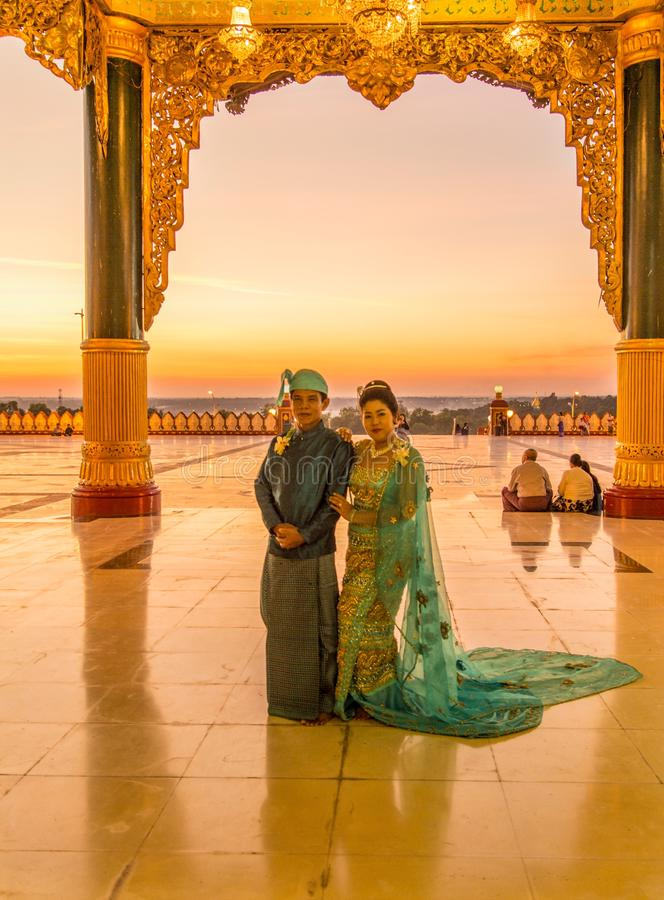 Νύφη και νεόνυμφος στην παγόδα uppatasani, Myanmar στοκ φωτογραφίες