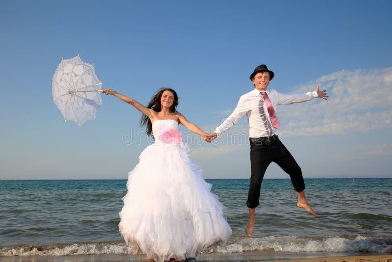 Νύφη και νεόνυμφος στην παραλία στοκ φωτογραφία με δικαίωμα ελεύθερης χρήσης