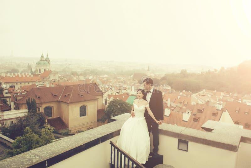 Νύφη και νεόνυμφος στη στέγη στοκ φωτογραφία με δικαίωμα ελεύθερης χρήσης