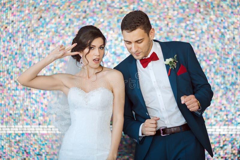 Νύφη και νεόνυμφος στο πολύ φωτεινό χρωματισμένο δωμάτιο στοκ φωτογραφία με δικαίωμα ελεύθερης χρήσης