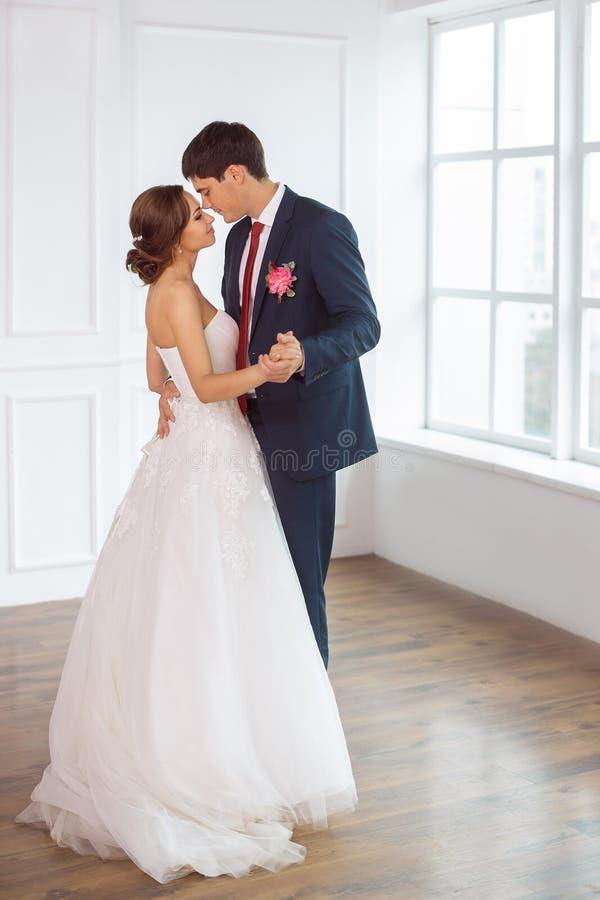 Νύφη και νεόνυμφος στο πολύ φωτεινό δωμάτιο στοκ εικόνες με δικαίωμα ελεύθερης χρήσης