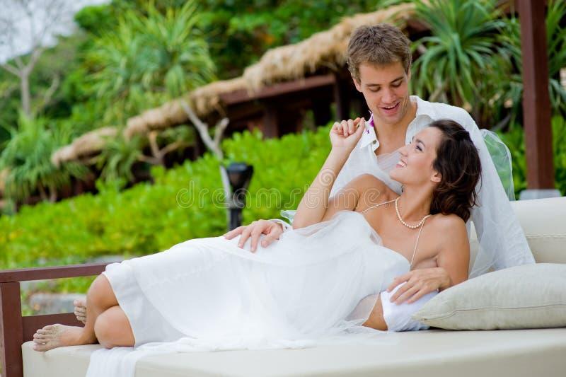 Νύφη και νεόνυμφος υπαίθρια στοκ φωτογραφίες με δικαίωμα ελεύθερης χρήσης
