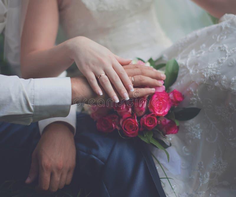 Νύφη και νεόνυμφος, χέρια στοκ φωτογραφία