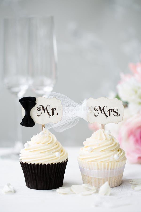 Νύφη και νεόνυμφος cupcakes στοκ εικόνες