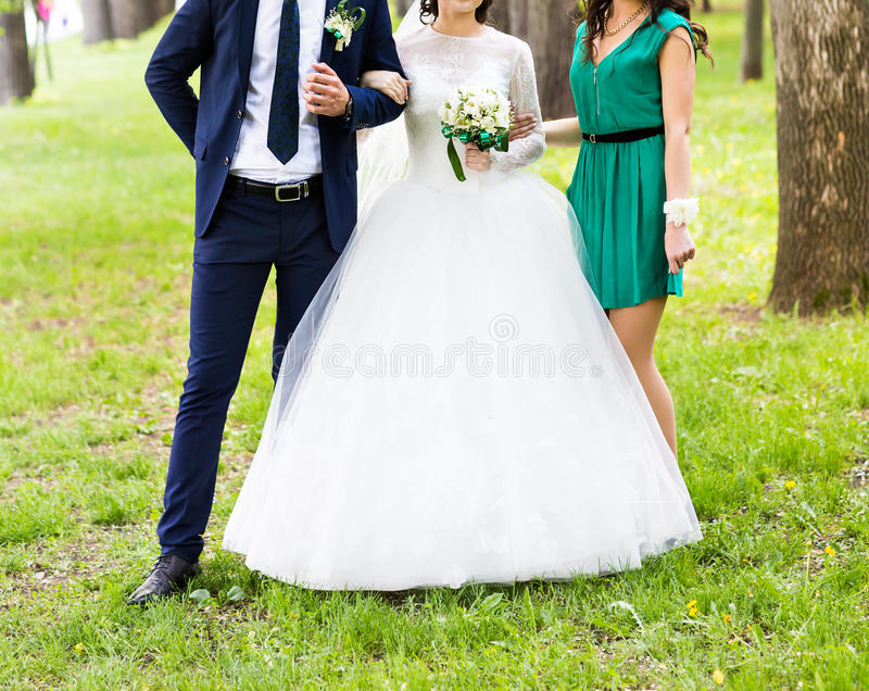 Νύφη και οι παράνυμφοί της που φορούν τα ανοικτό πράσινο φορέματα παράνυμφων στοκ εικόνες