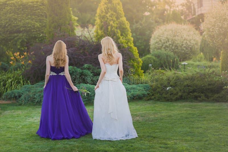 Νύφη και παράνυμφος έξω στοκ φωτογραφία με δικαίωμα ελεύθερης χρήσης