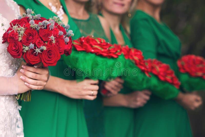 Νύφη με μια ανθοδέσμη και παράνυμφοι στοκ εικόνες