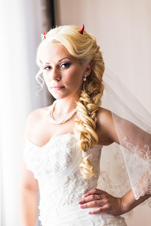 Νύφη με τα κέρατα του διαβόλου για αποκριές στοκ φωτογραφία
