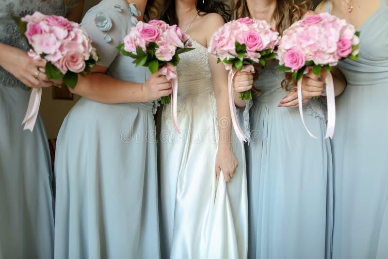 Νύφη με τα λουλούδια και κορίτσια στοκ εικόνα με δικαίωμα ελεύθερης χρήσης