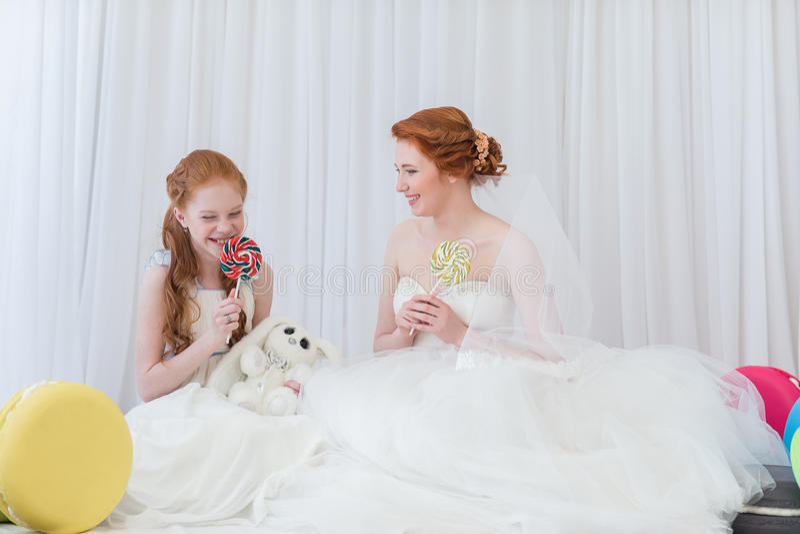 Νύφη με την αδελφή της στοκ εικόνα με δικαίωμα ελεύθερης χρήσης
