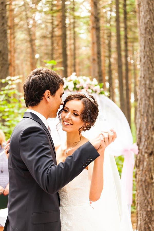 Νύφη με το νεόνυμφο και τη γαμήλια τελετή στοκ φωτογραφία με δικαίωμα ελεύθερης χρήσης
