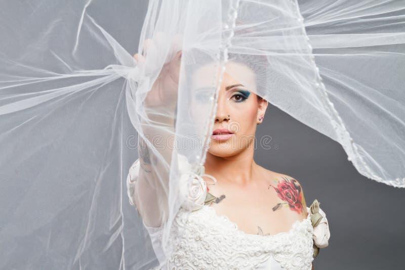 Νύφη με το πέπλο πέρα από το πρόσωπο στοκ φωτογραφία