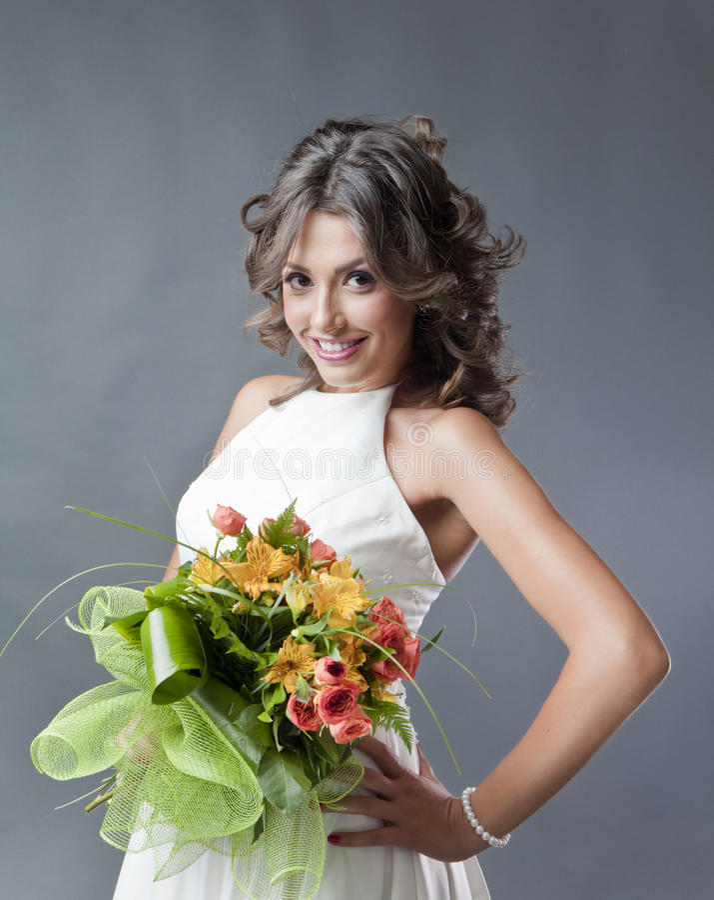 Νύφη με το πορτρέτο γαμήλιων ανθοδεσμών στοκ εικόνες
