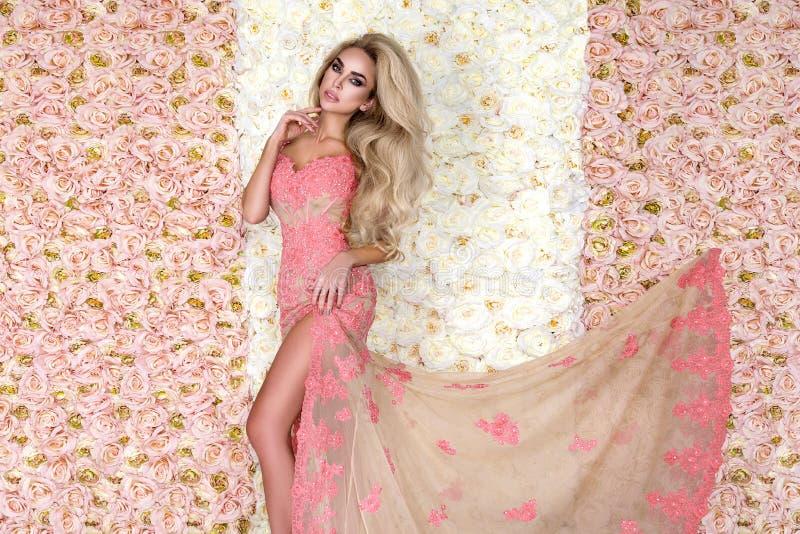 Νύφη μόδας στο πανέμορφο πορτρέτο στούντιο γαμήλιων φορεμάτων Όμορφο πρότυπο κορίτσι με το νυφικό makeup και hairstyle στη δαντέλ στοκ φωτογραφία
