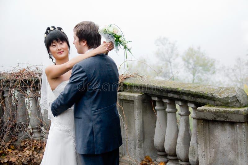 νύφη που αγκαλιάζει το ν&epsilo στοκ φωτογραφίες με δικαίωμα ελεύθερης χρήσης