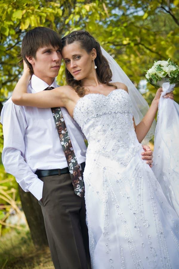νύφη που αγκαλιάζει το ν&epsilo στοκ φωτογραφία με δικαίωμα ελεύθερης χρήσης