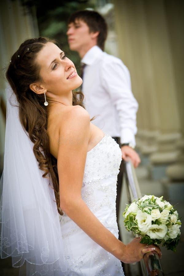 νύφη που αγκαλιάζει το ν&epsilo στοκ εικόνα