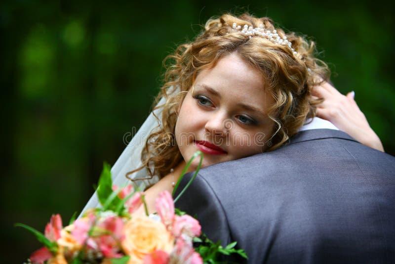 νύφη που αγκαλιάζει το ν&epsilo στοκ εικόνες