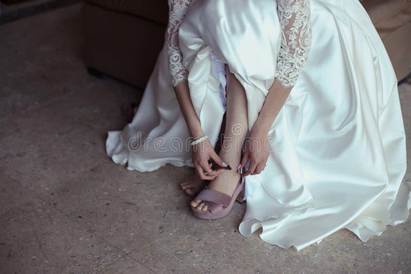 Νύφη που βάζει στα παπούτσια στοκ εικόνες με δικαίωμα ελεύθερης χρήσης