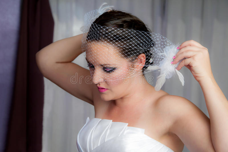 Νύφη που βάζει στο πέπλο στοκ εικόνα με δικαίωμα ελεύθερης χρήσης