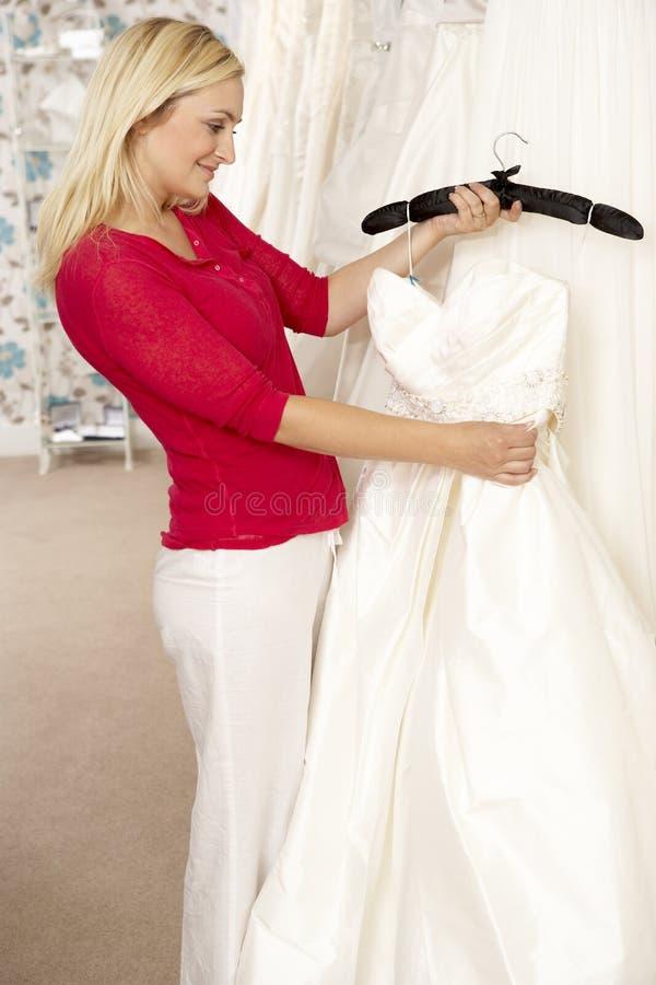 Νύφη που επιλέγει το γαμήλιο φόρεμα στοκ εικόνες