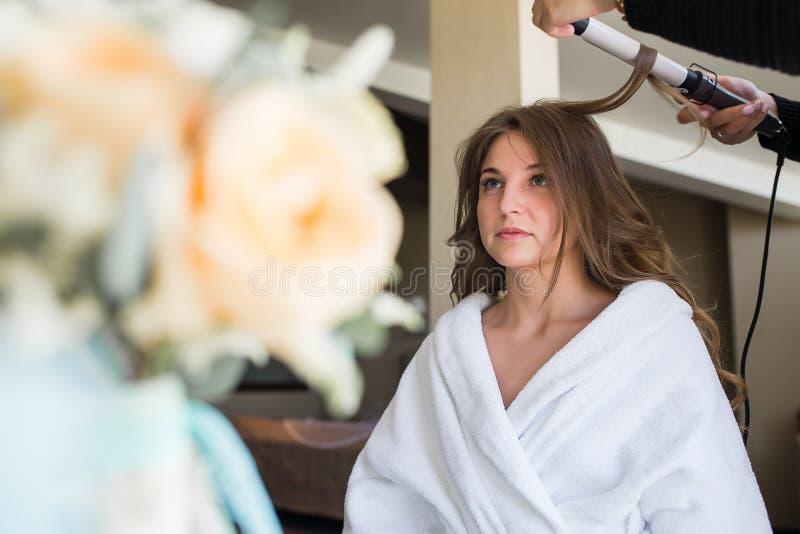 Νύφη που εφαρμόζει το γάμο makeup στοκ φωτογραφίες