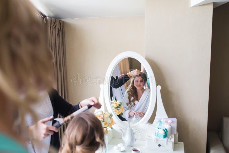 Νύφη που εφαρμόζει το γάμο makeup στοκ φωτογραφία με δικαίωμα ελεύθερης χρήσης