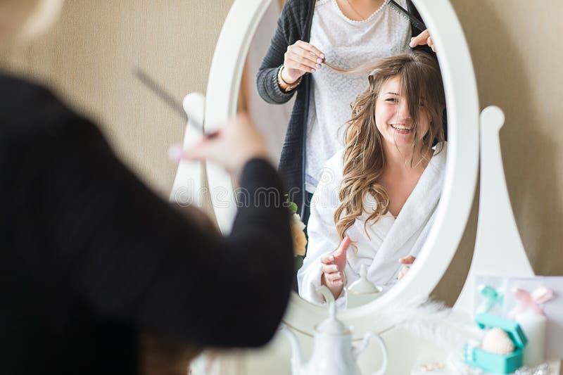 Νύφη που εφαρμόζει το γάμο makeup στοκ εικόνες