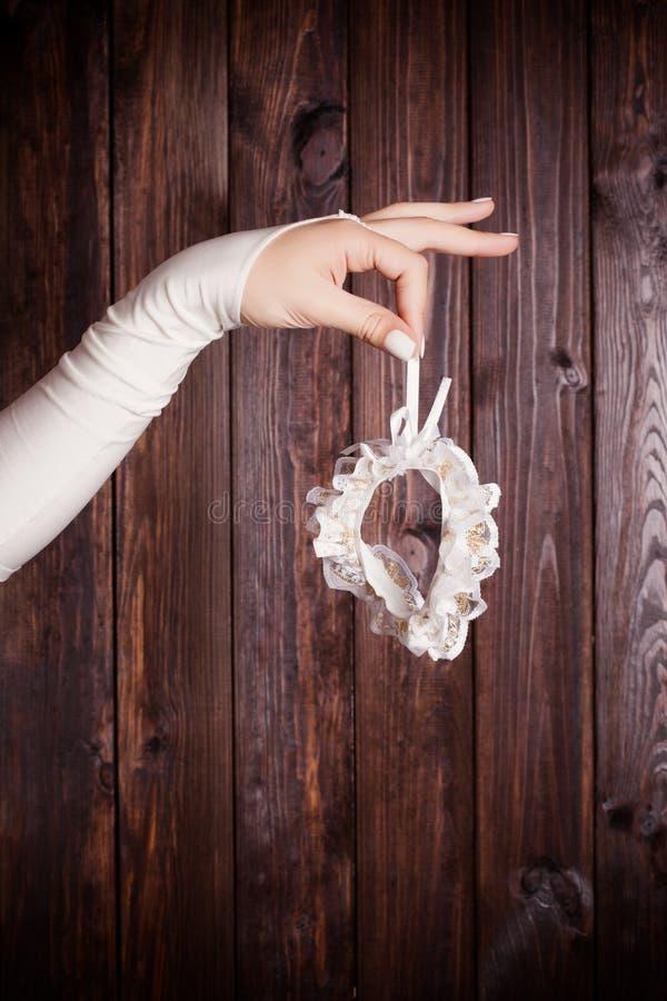 Νύφη που κρατά garter στοκ φωτογραφίες