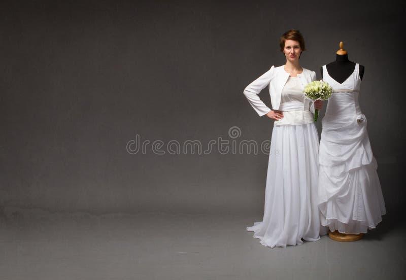 Νύφη που δοκιμάζει το φόρεμα για τον εορτασμό στοκ φωτογραφία με δικαίωμα ελεύθερης χρήσης